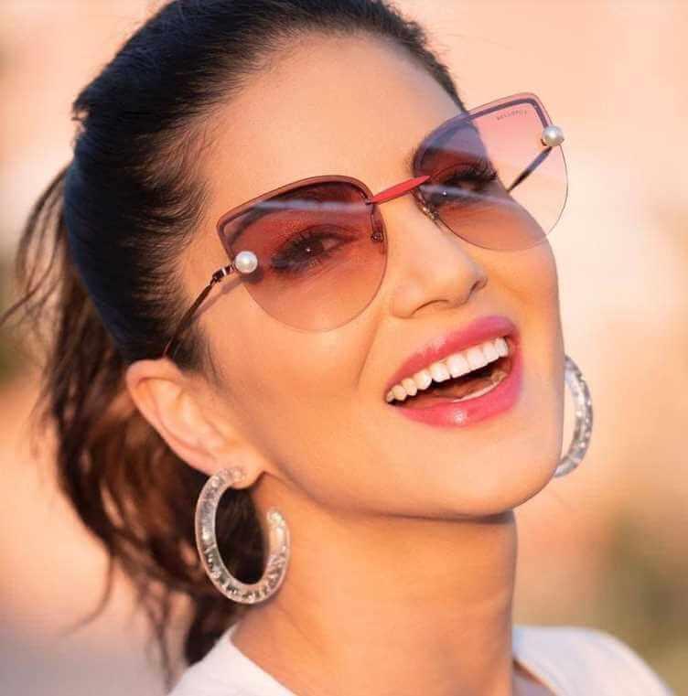 Sunny Leone Smail Photo