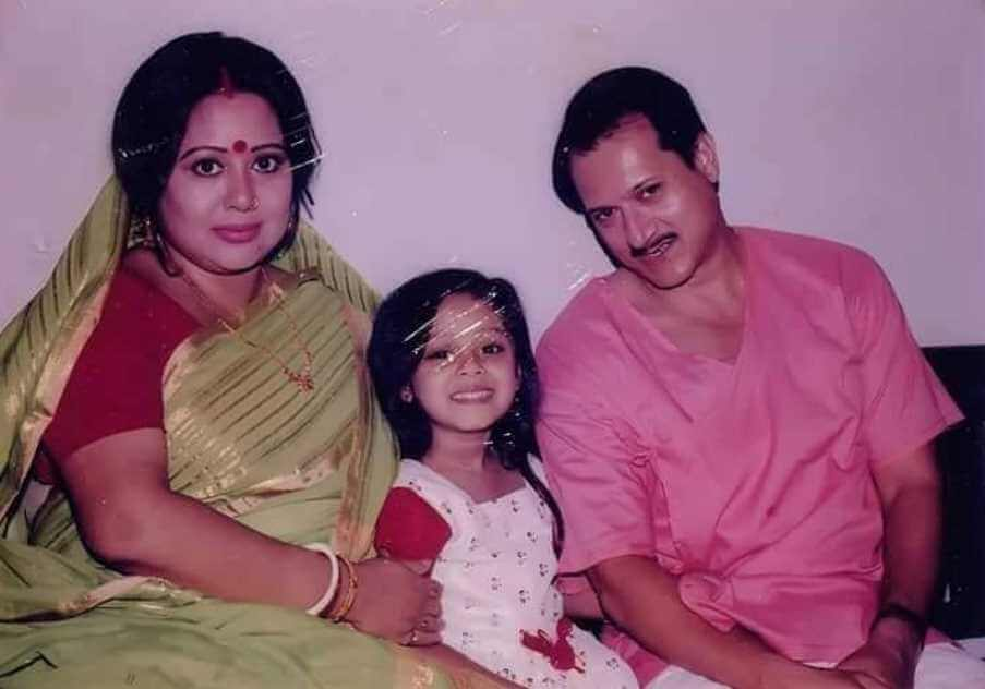 DIghi with her father and mother (parent)
