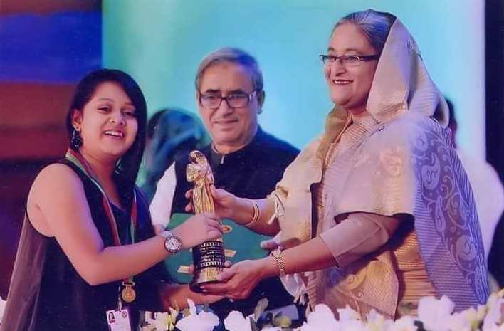 Actress Dighi taking award from prime minister Sheikh Hasina