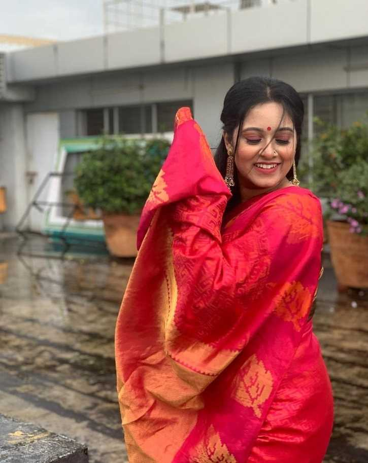 Dighi smile photo in red saree