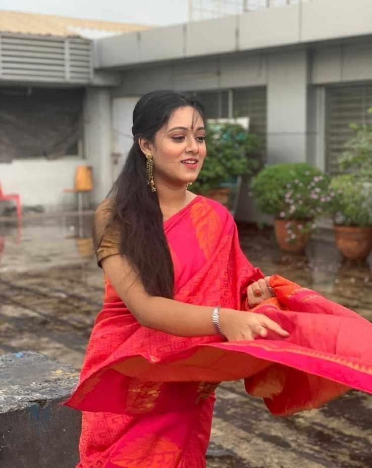 Prarthana-Fardin-Dighi-red-saree-picture