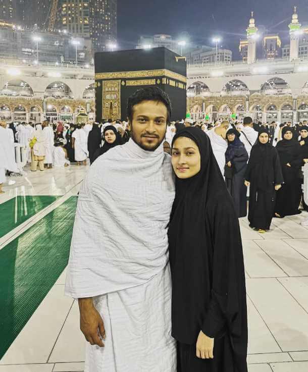 Shakib & her wife wtih Umrah hajj Picture
