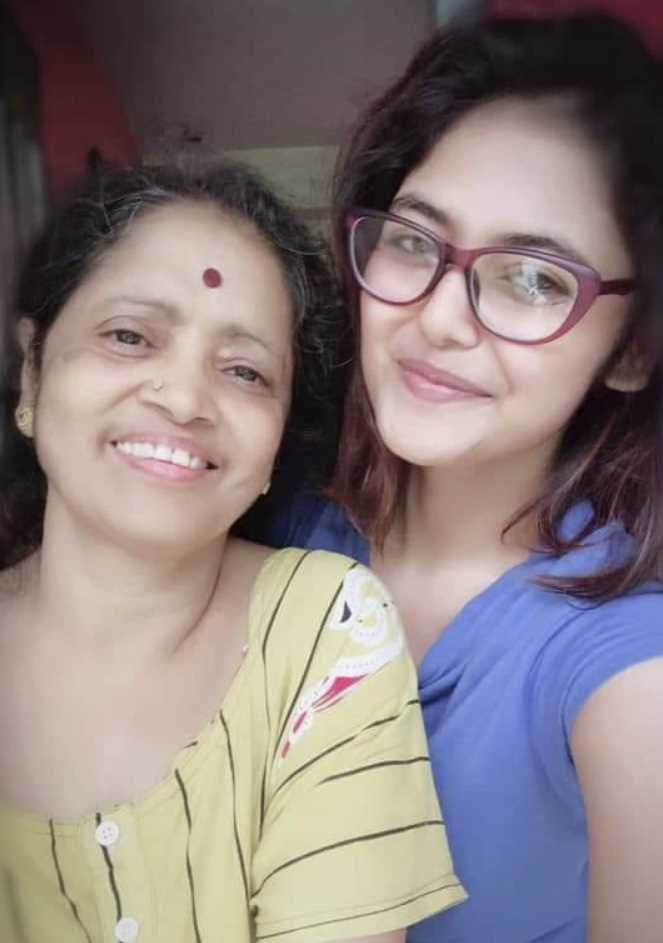 Saayoni Ghosh selfie with her mother