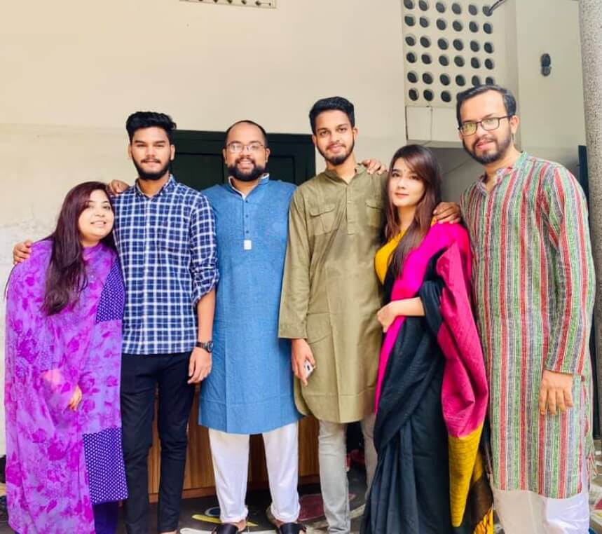 Mahiya Mahi with her Family Photo