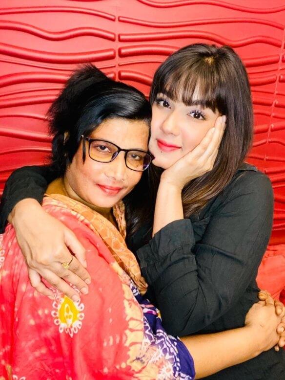 Mahiya Mahi with her mother Photo