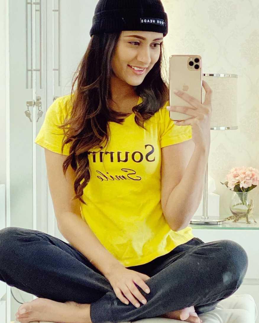 Mehazabien Chowdhury Yellow T-Shirt Pic