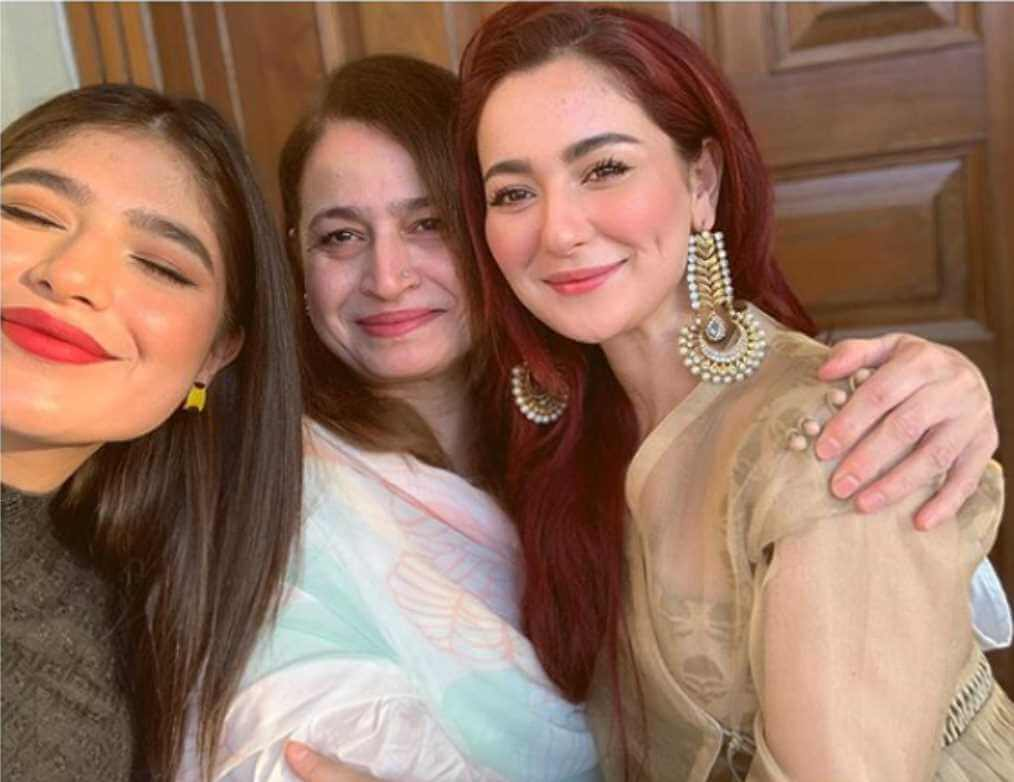 Hania Aamir With her Mother & Sister Photo
