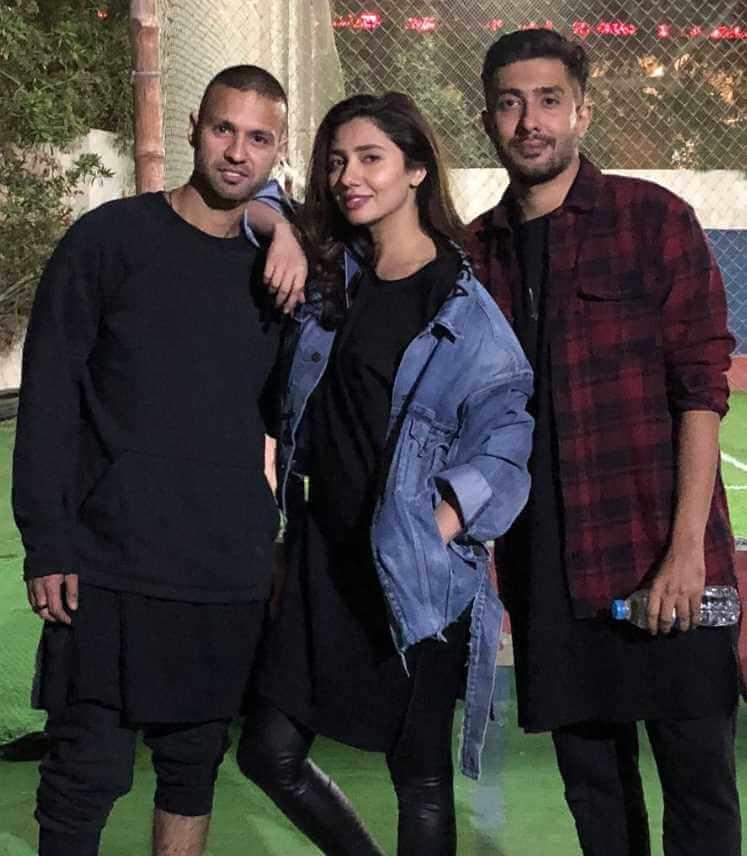 Mahira Khan with her brother Image
