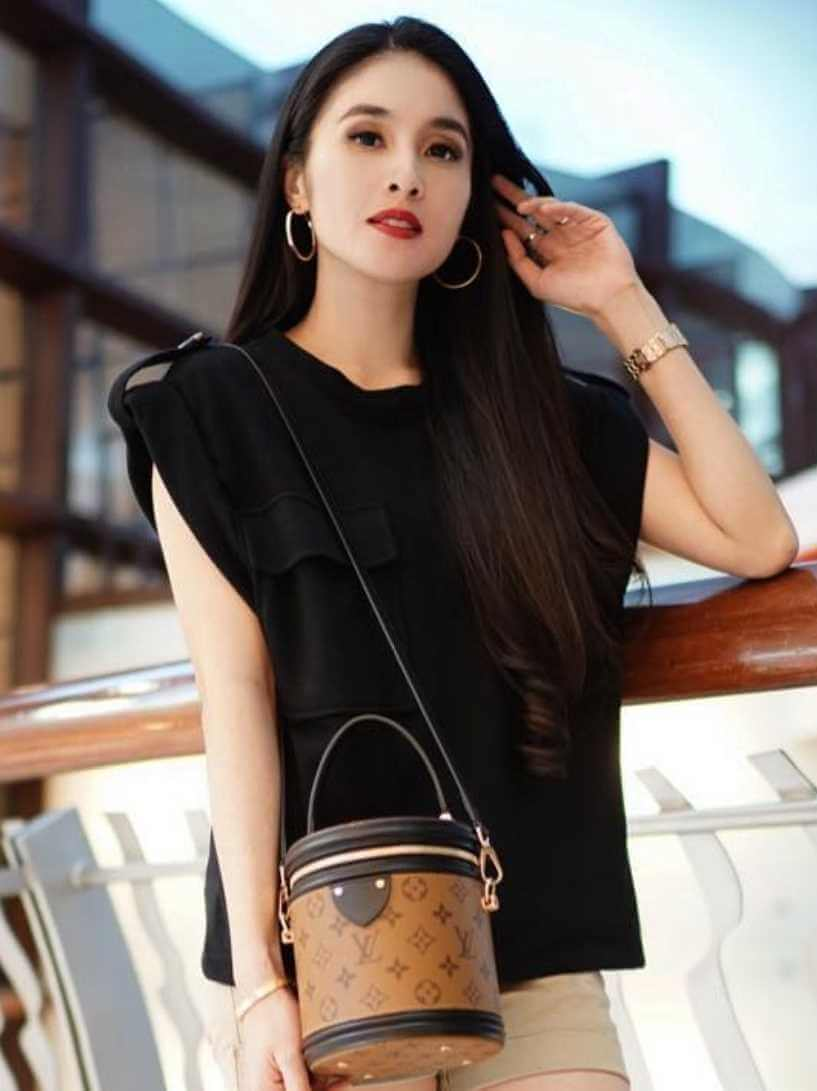Sandra Dewi Black T-Shirt Photo