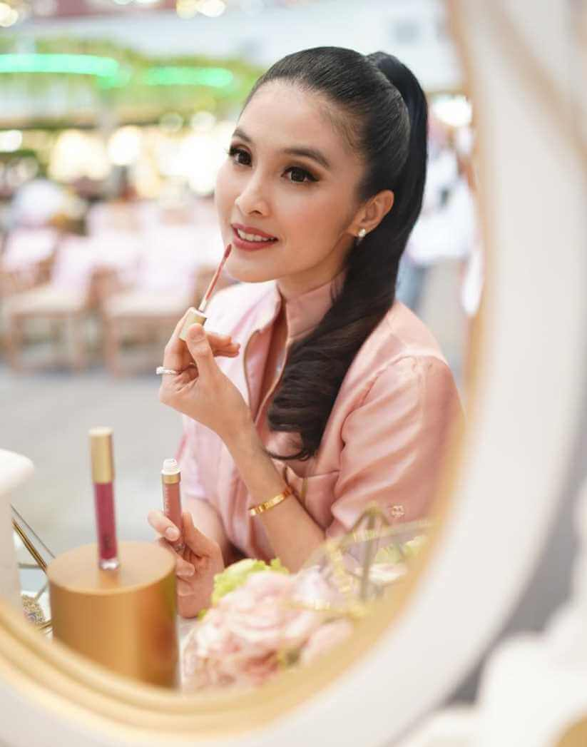 Sandra Dewi Fashion Image