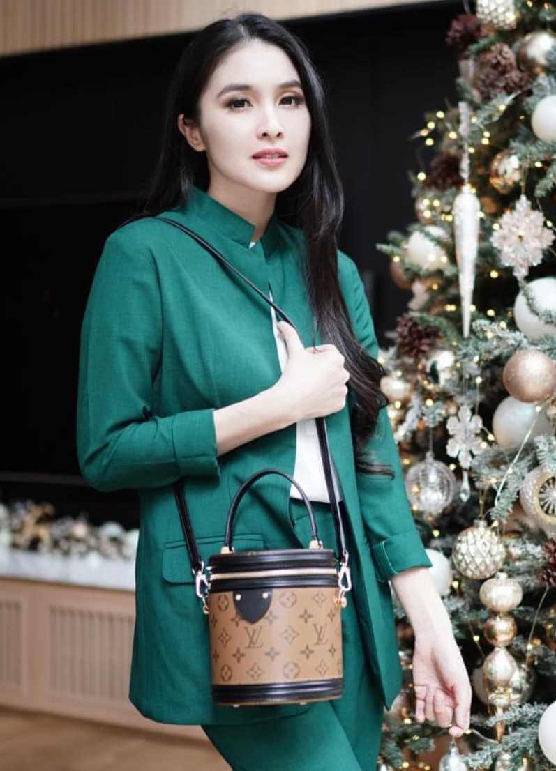 Sandra Dewi Green Dress Photo
