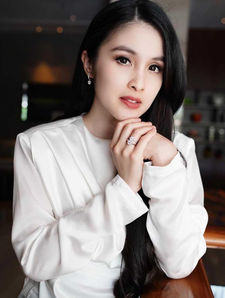 Sandra Dewi HD Photos