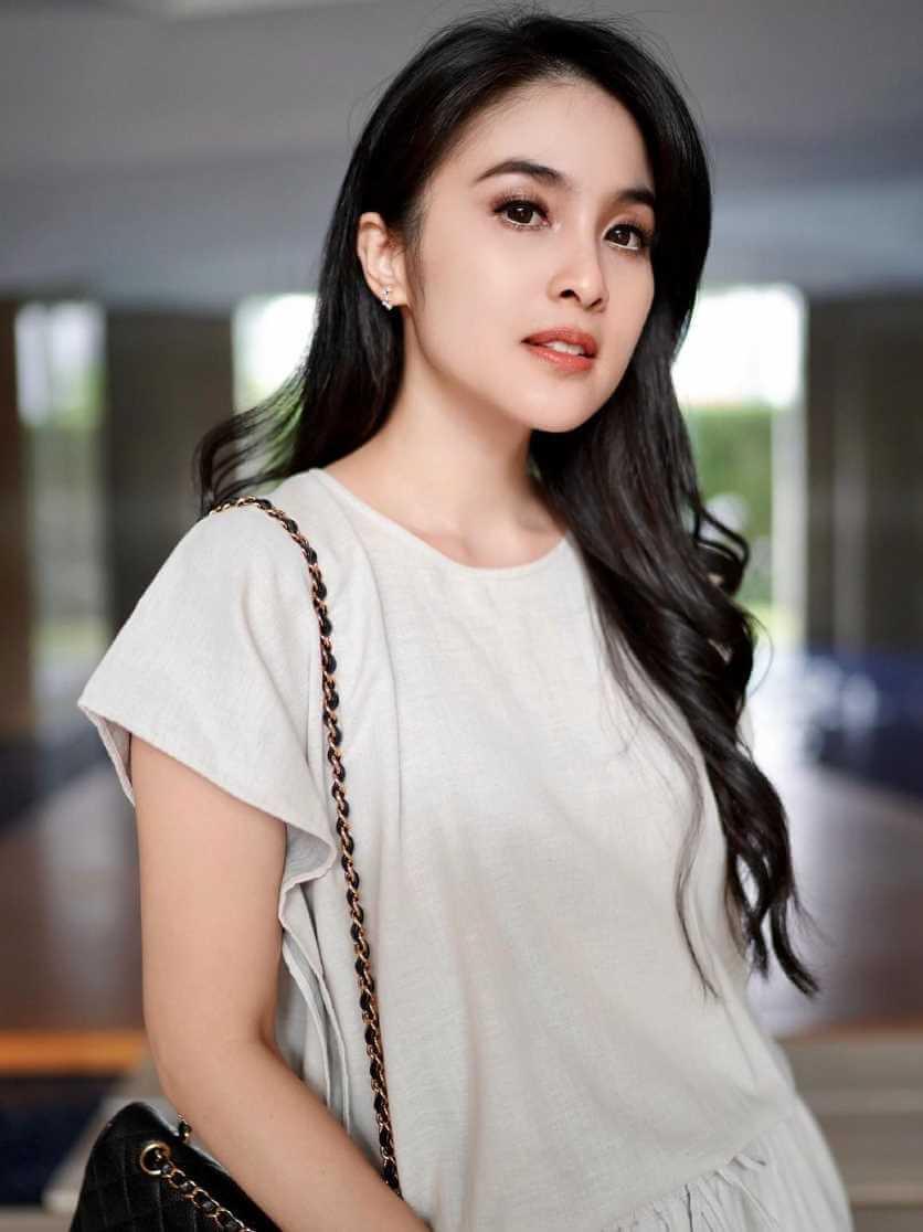 Sandra Dewi HD Pictures