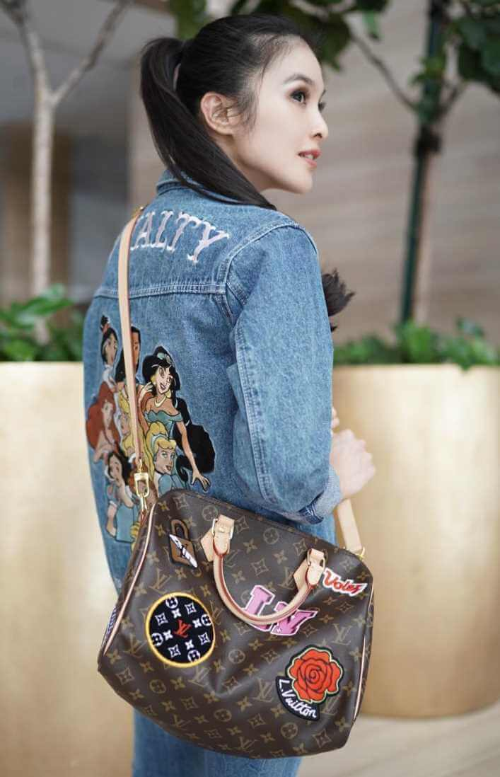 Sandra Dewi Jeans Shirt Photo