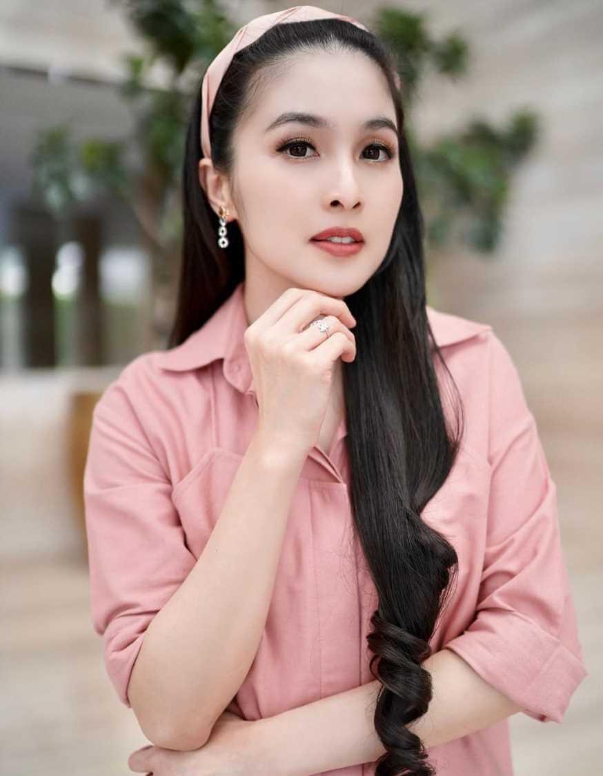 Sandra Dewi Photos