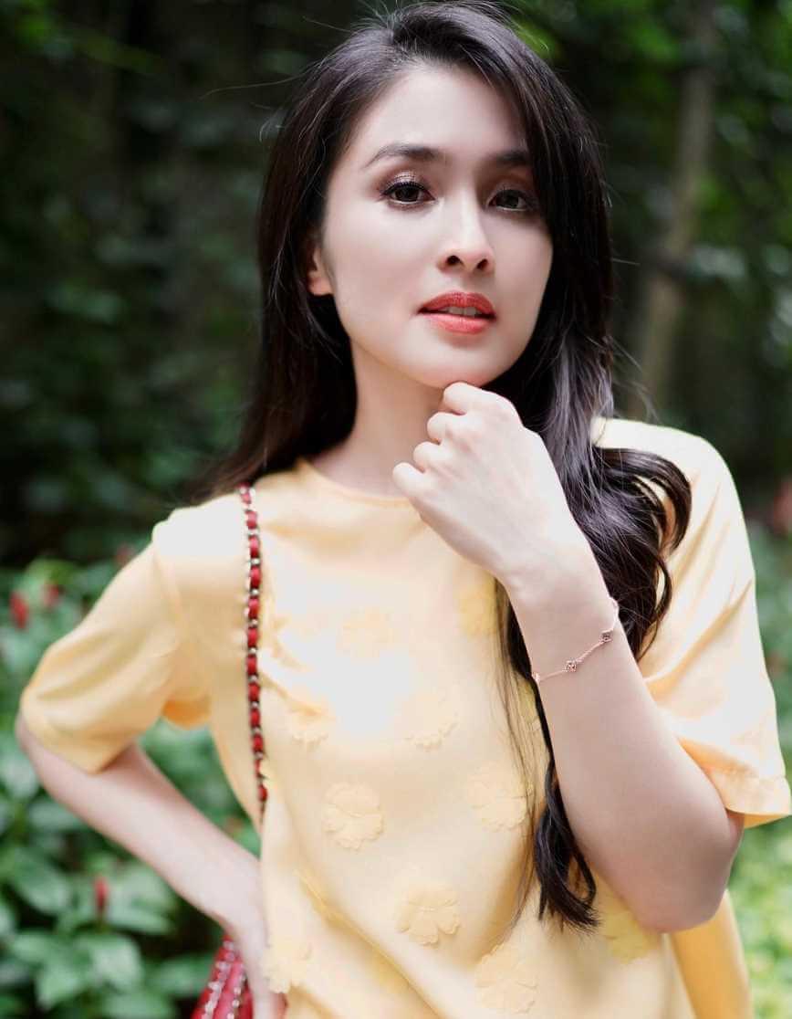 Sandra Dewi Pictures