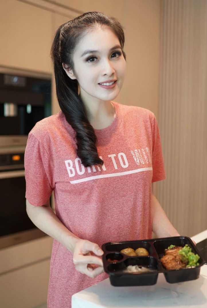 Sandra Dewi Pink Color T-Shirt Image