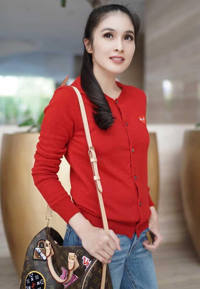 Sandra Dewi Red Color Dress Pic