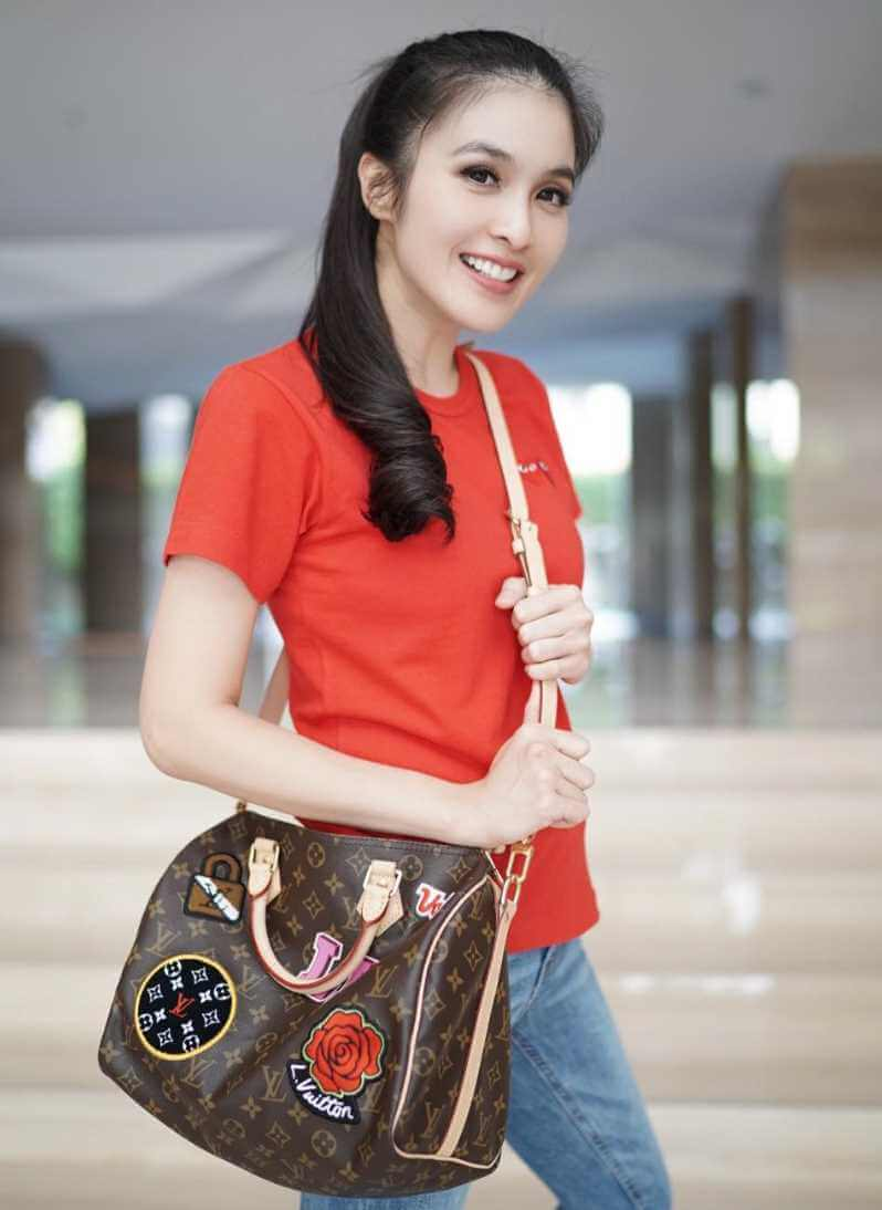 Sandra Dewi Red Colors T-Shirt Photo
