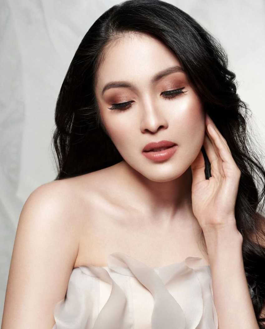 Sandra Dewi Selfie Image