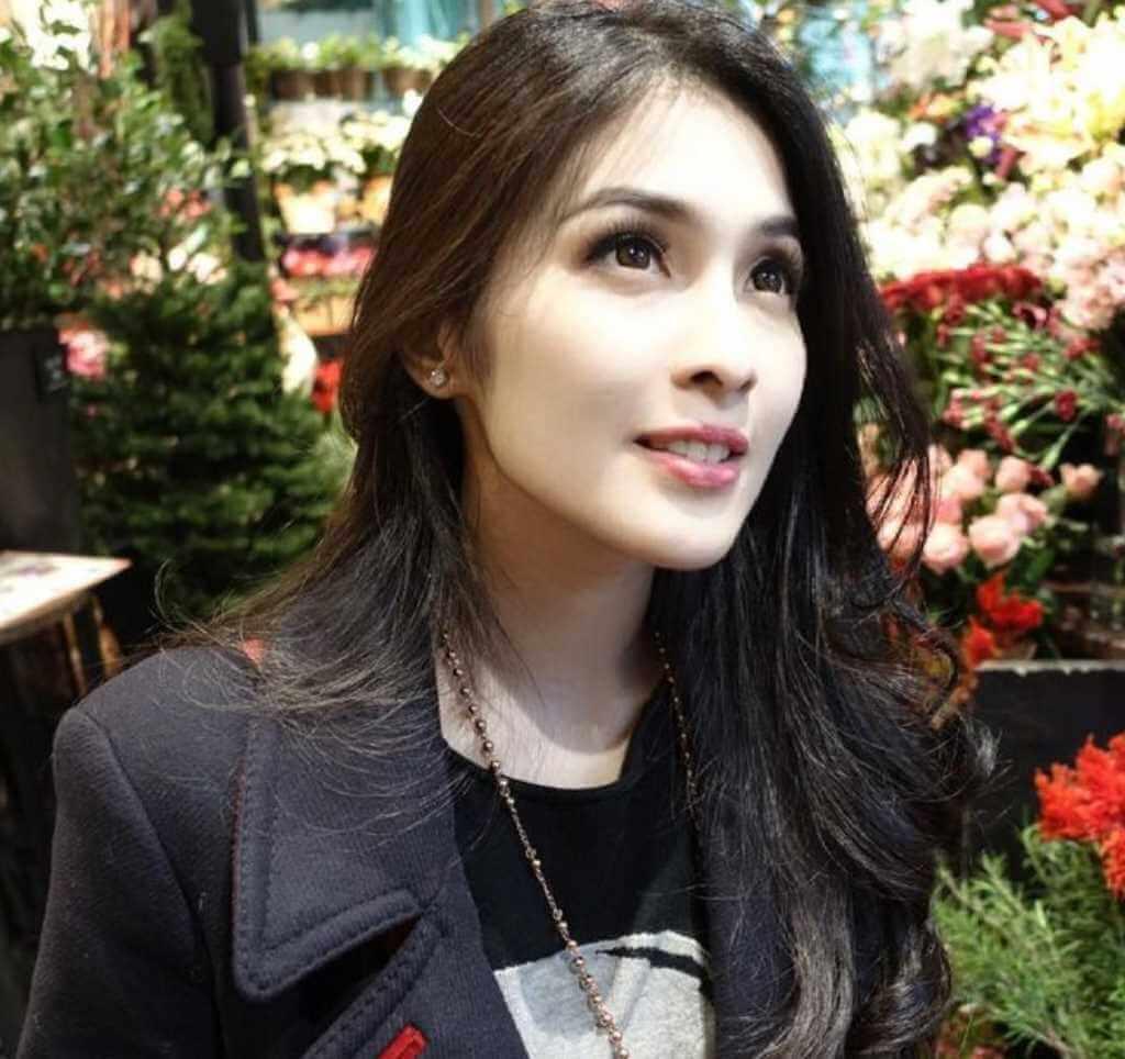 Sandra Dewi Selfie Photo