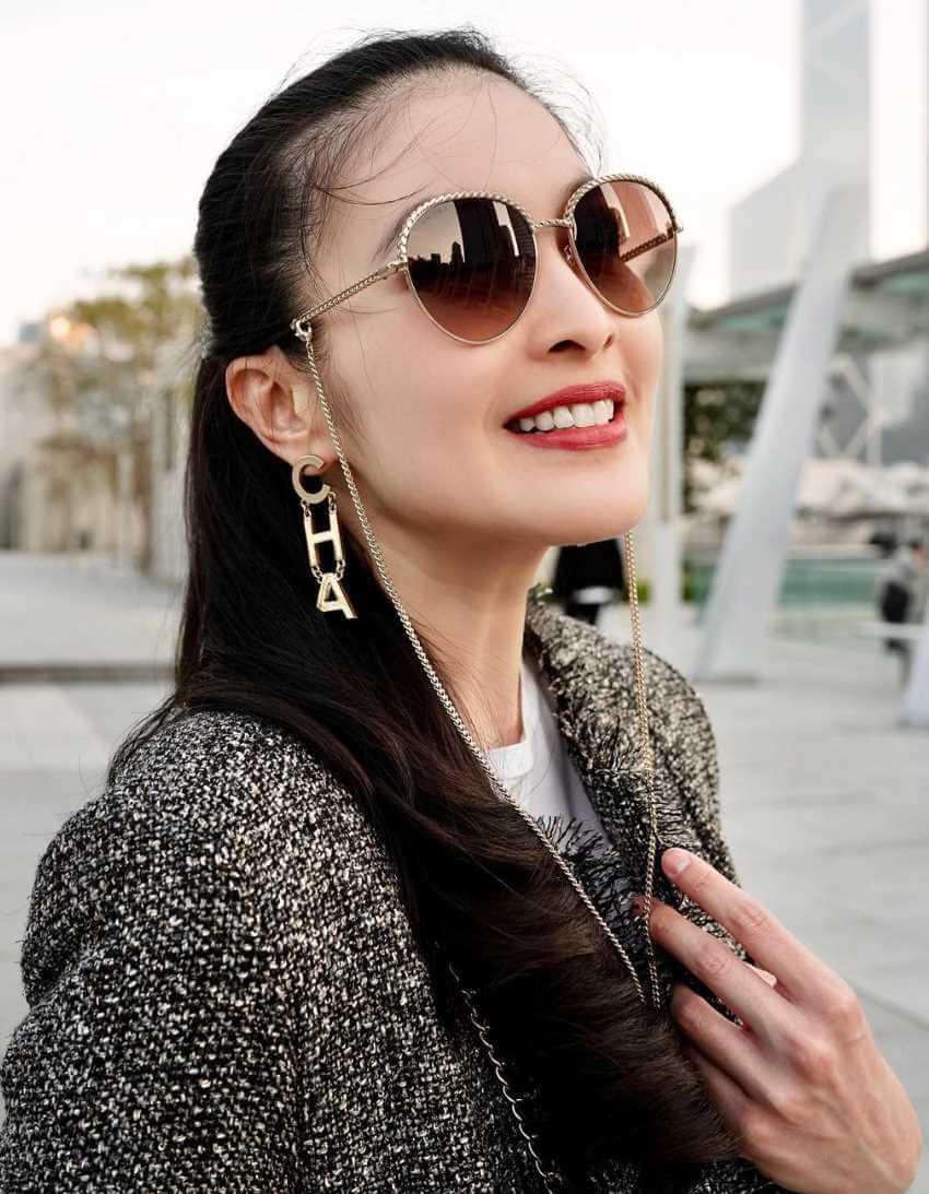 Sandra Dewi Sunglass Style Selfie
