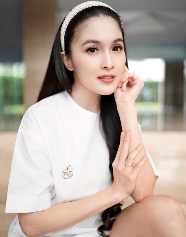 Sandra Dewi T-Shirt Photo 3