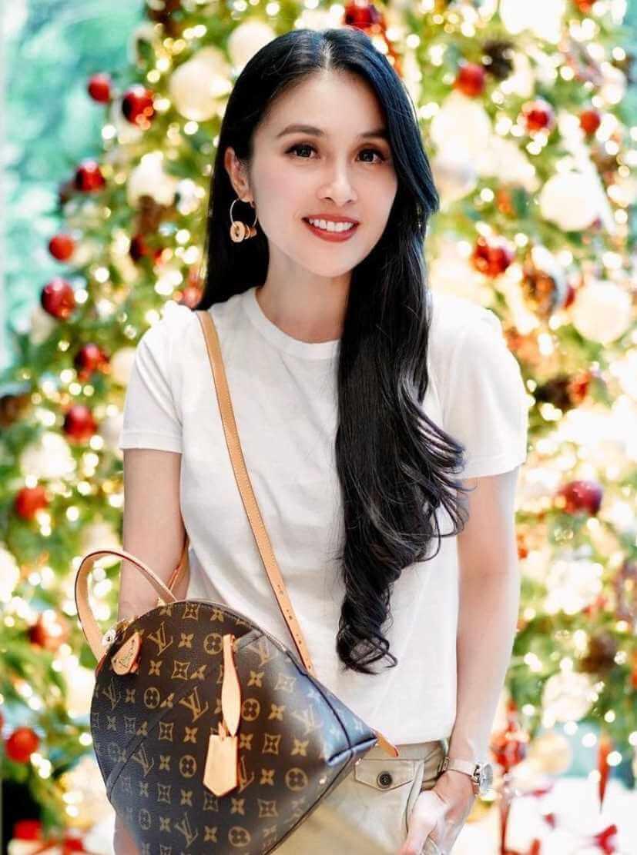 Sandra Dewi T-Shirt Photo 4