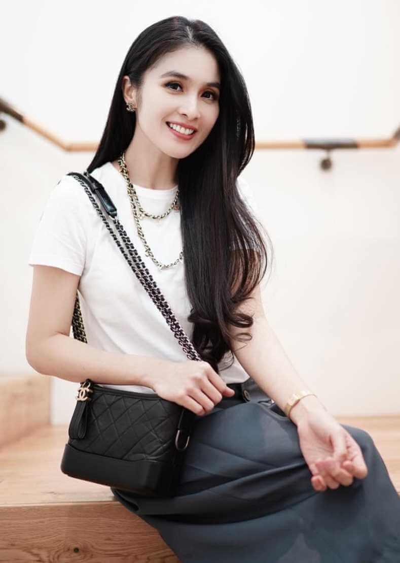 Sandra Dewi T-Shirt Photo 6