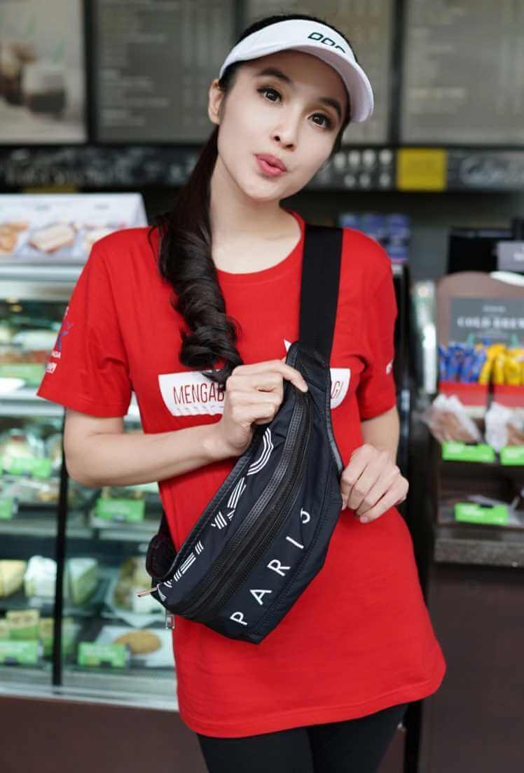 Sandra Dewi T-Shirt Photos