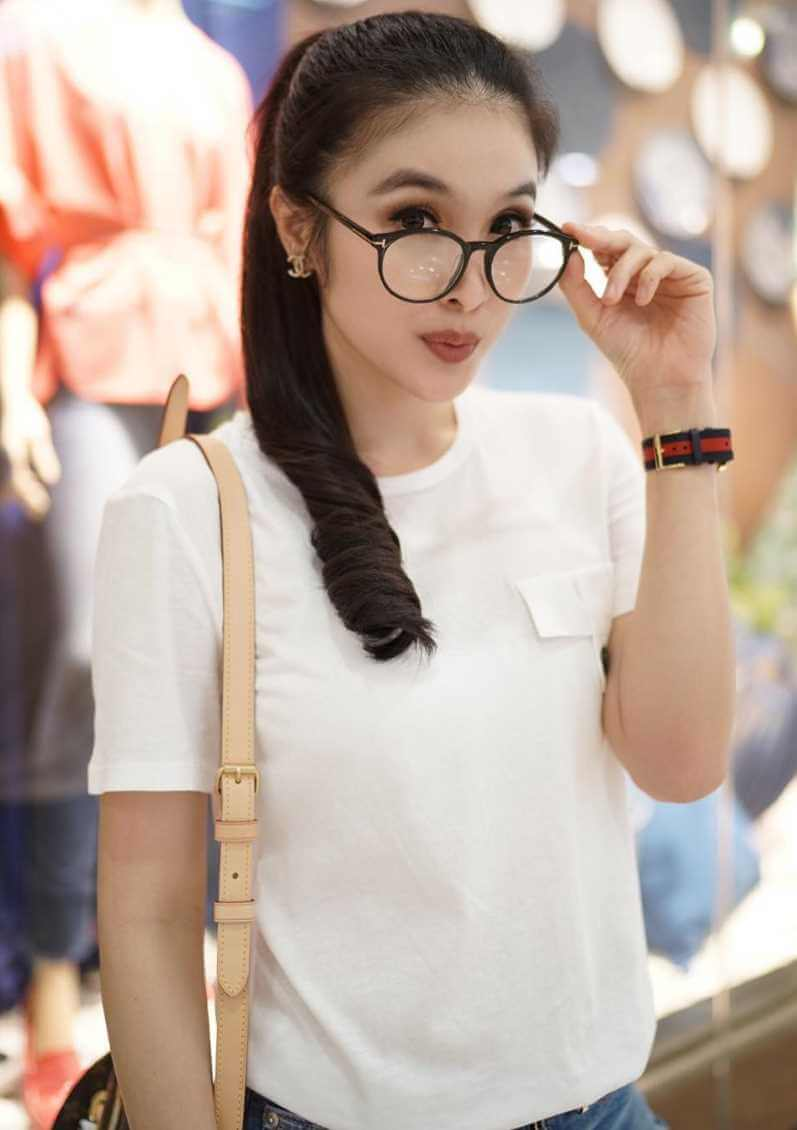 Sandra Dewi T-Shirt Pictures