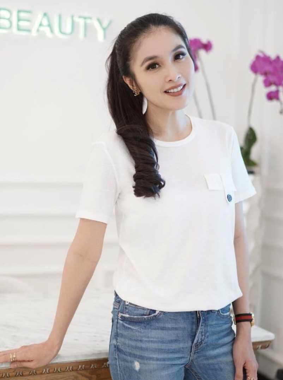 Sandra Dewi T-Shirt Wallpaper