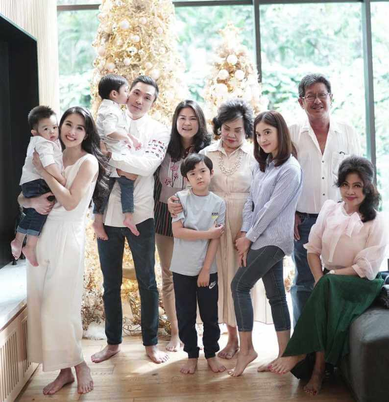 Sandra Dewi Family Picture