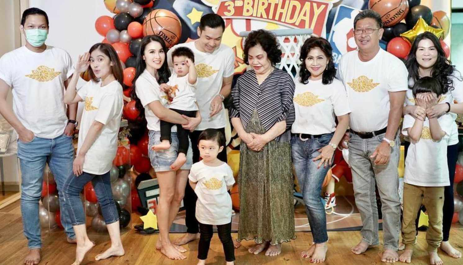 Sandra Dewi with Family Photo
