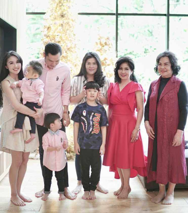 Sandra Dewi with Family Pic