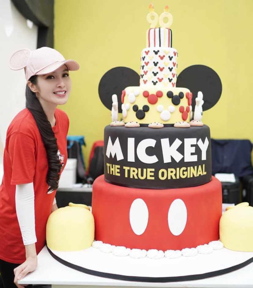 Sandra Dewi with birthday Cake Photo