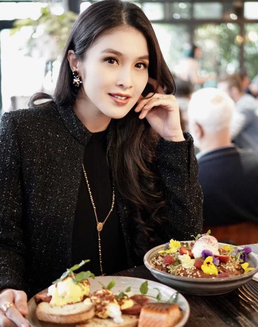 Sandra Dewi with foods Image