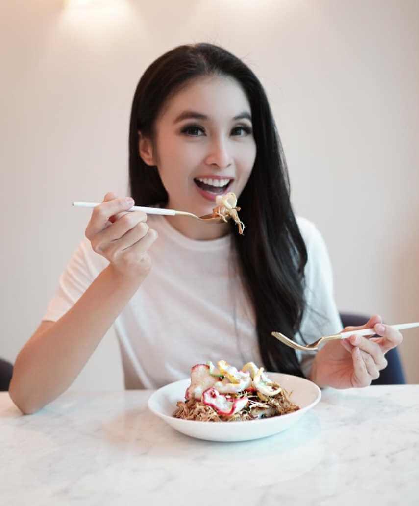 Sandra Dewi with foods photo