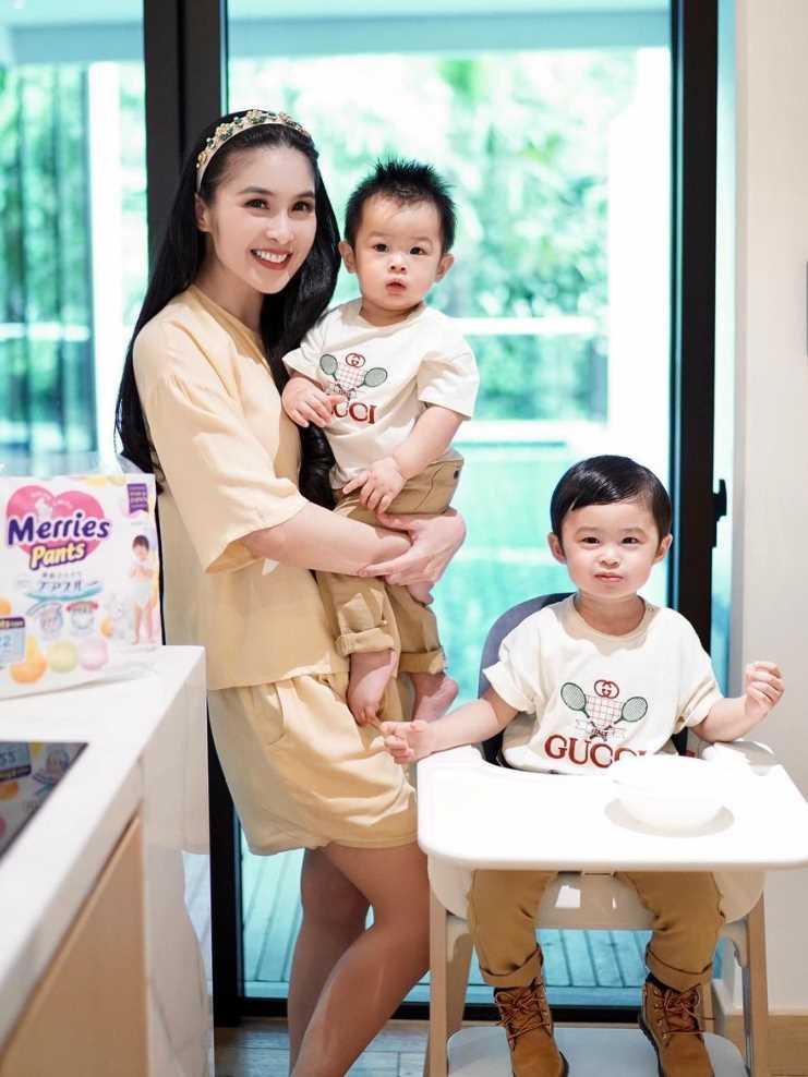 Sandra Dewi with her Children's Pic