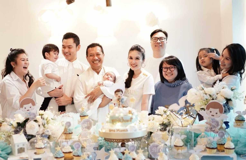 Sandra Dewi with her Family photos