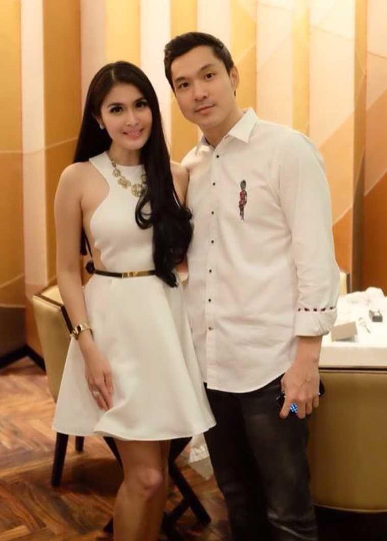 Sandra Dewi with her Husband Photo