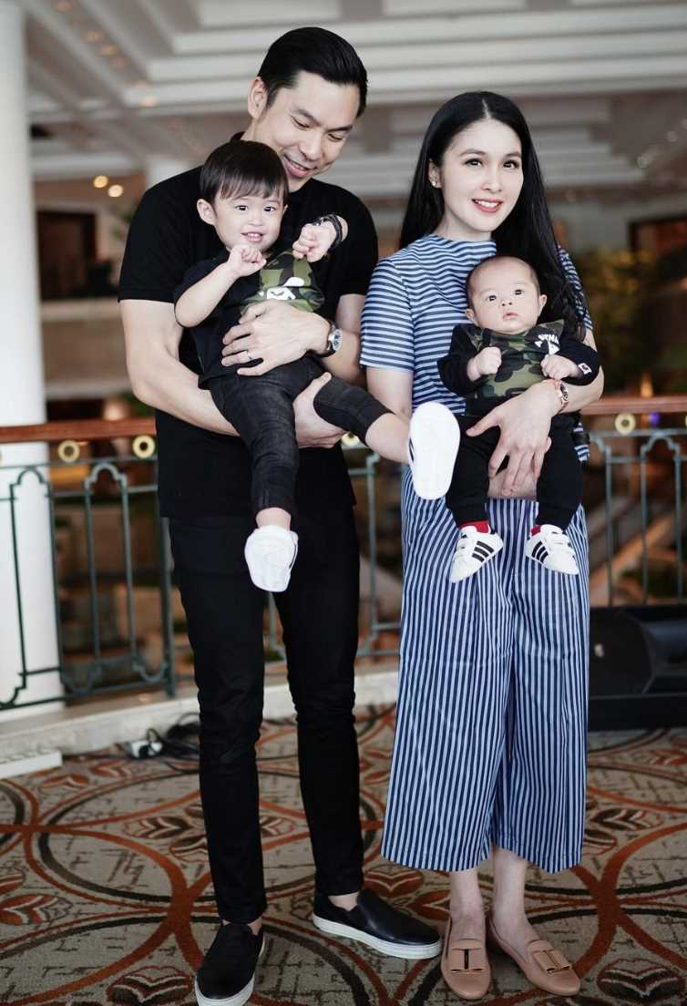 Sandra Dewi with her Husband and Kids Photo