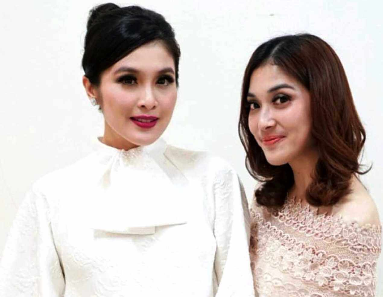 Sandra Dewi with her Sister Pic