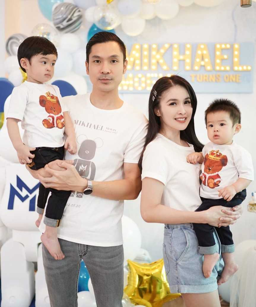 Sandra Dewi with her husband & Children's Pic 2021