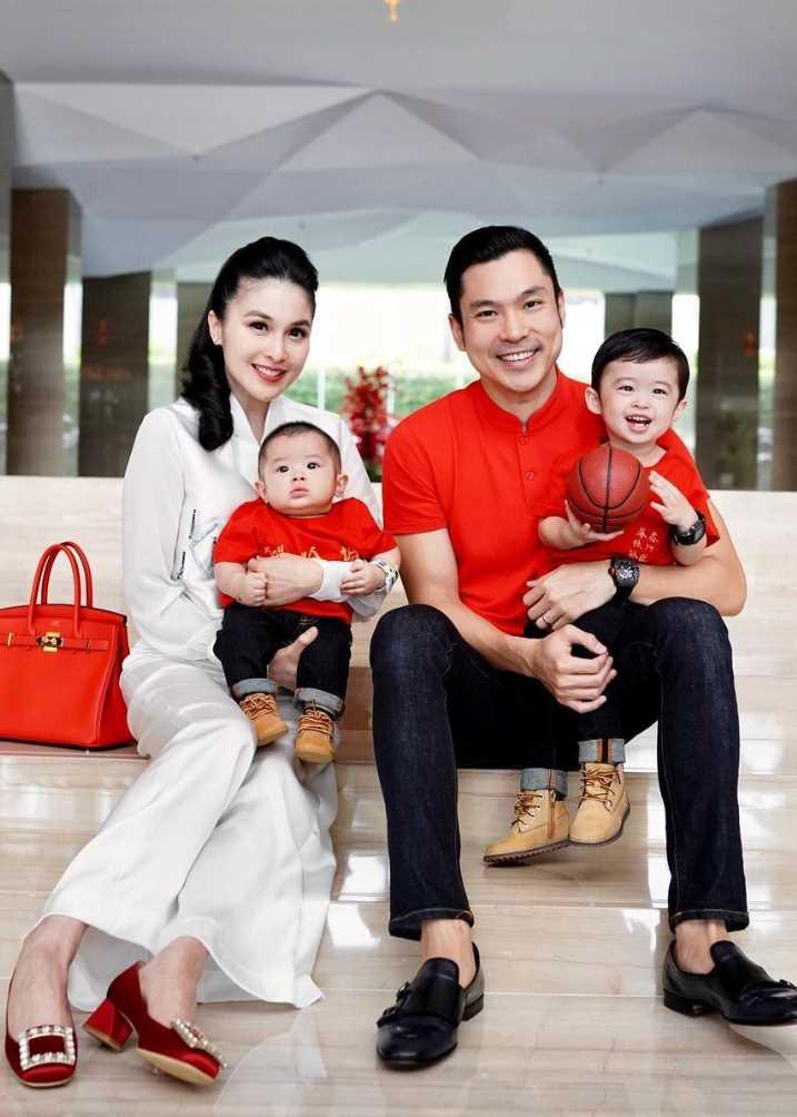 Sandra Dewi with her husband & Children's Pic