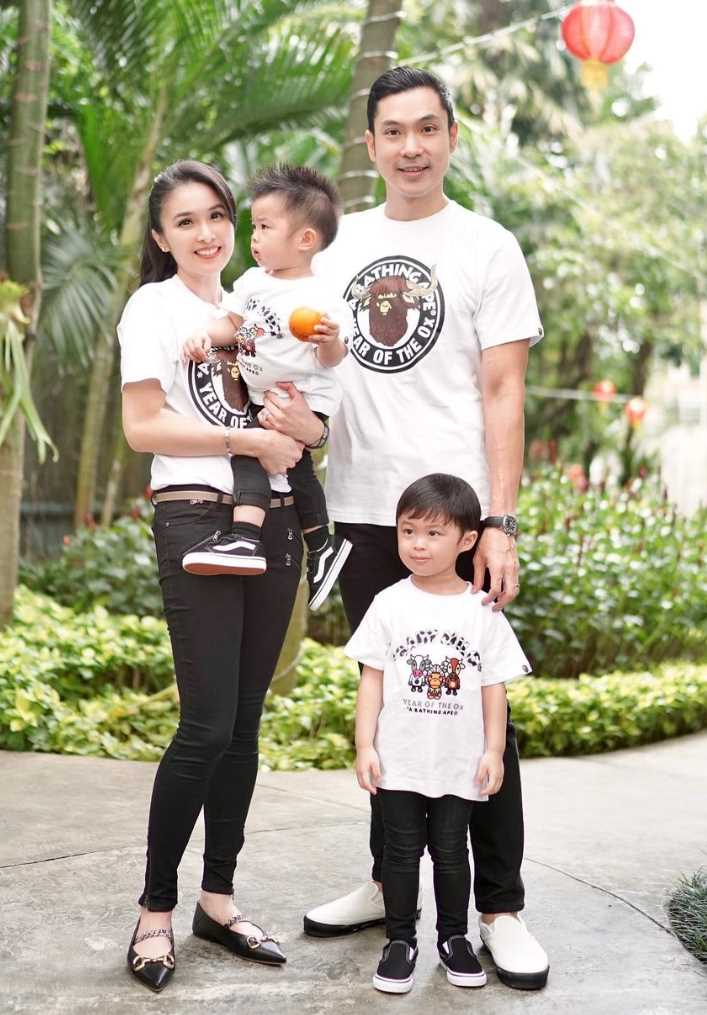 Sandra Dewi with her husband & Children's Picture