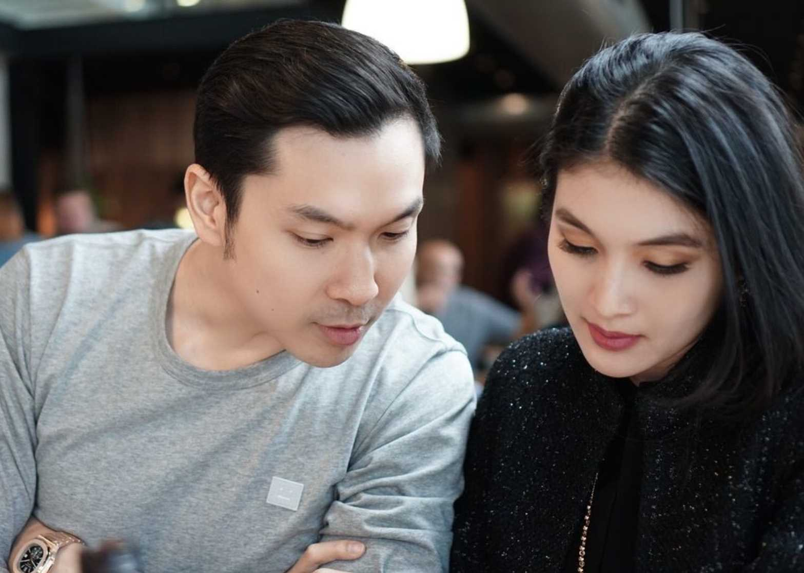 Sandra Dewi with her husband Images