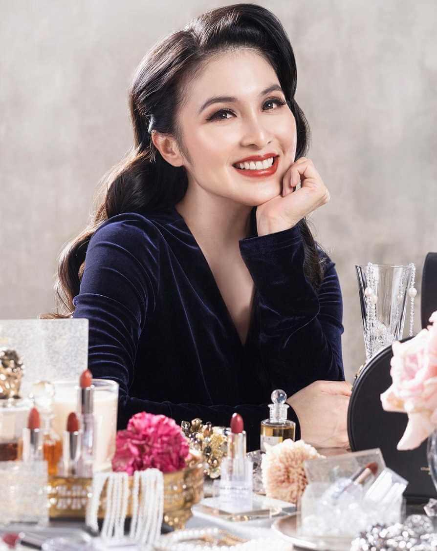 Sandra Dewi with her makeup photo