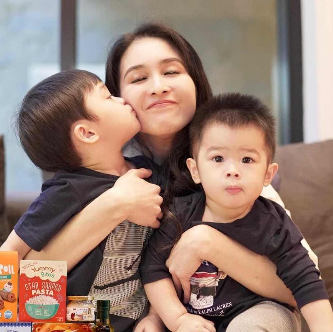 Sandra Dewi with her son's Photo