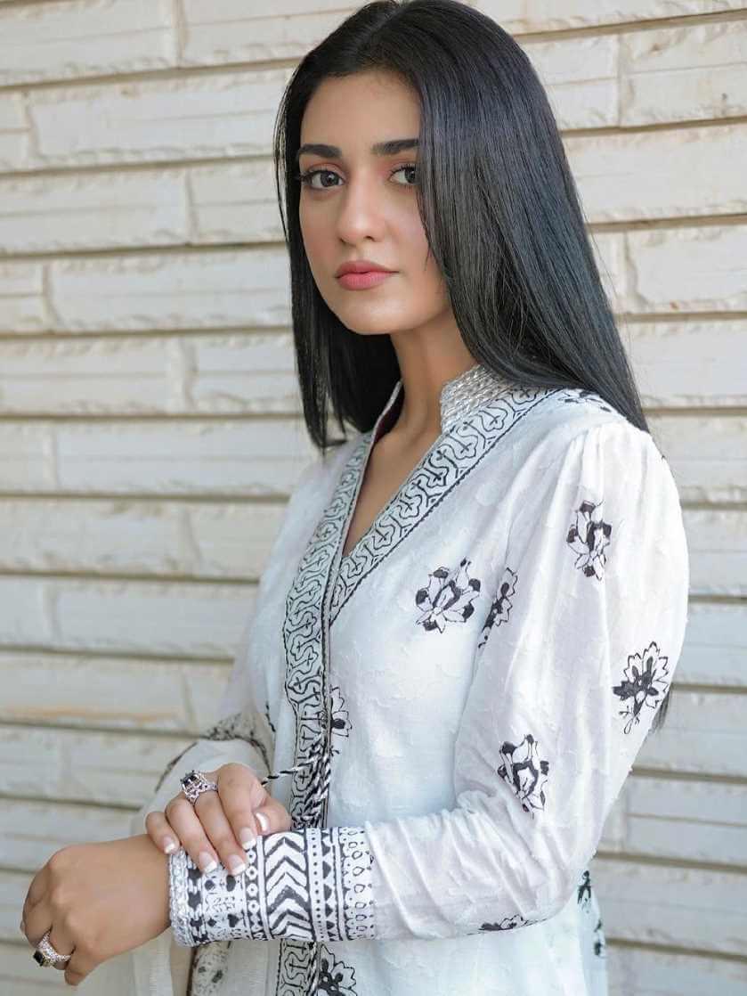 Sarah Khan HD Photo 11